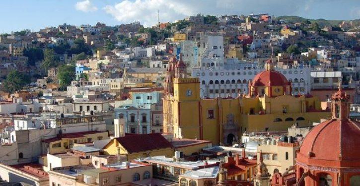 Three shot dead in Mexico City tourist hotspot by 'mariachi' gunmen