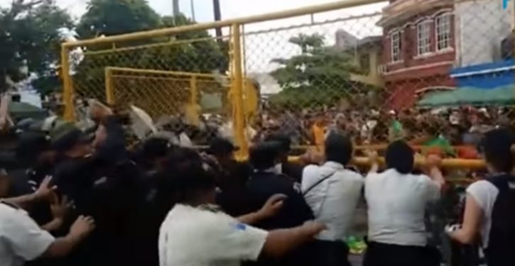 Once again, caravan migrants enter Mexico by breaking down a security gate