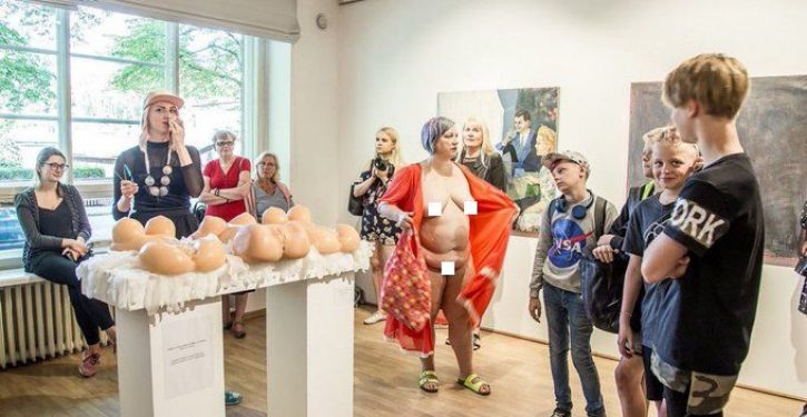 Queer-feminist artist strips naked in front of school children on class trip to art installation